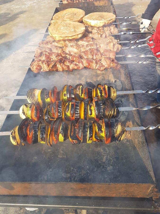 Jugoso adobado en kebab de la carne de las especias en los pinchos, cocinado y frito en una parrilla de la barbacoa del fuego y d fotos de archivo libres de regalías