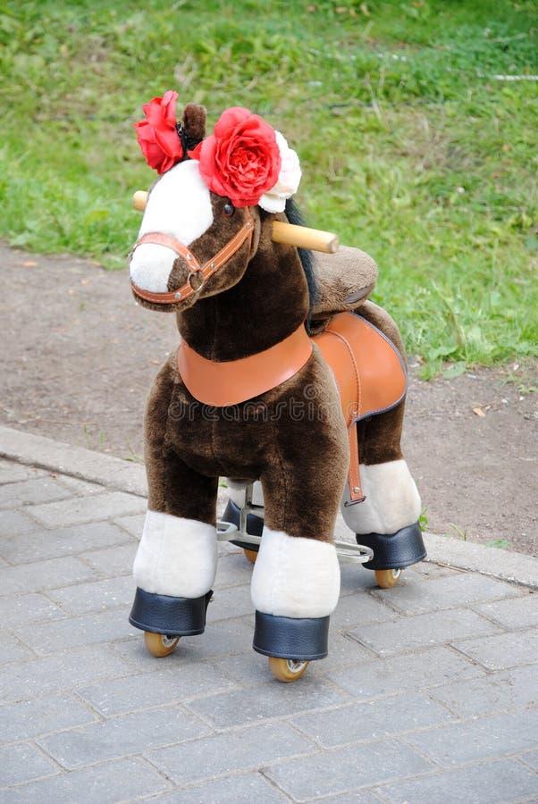 Juguete útil: un mini-caballo de la piel de imitación para los niños fotos de archivo