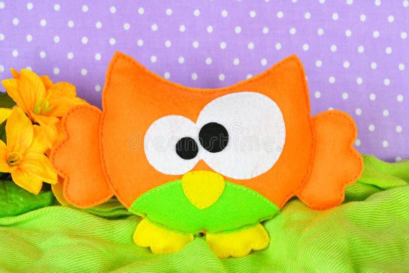 Juguete anaranjado divertido del búho Artes del fieltro de los niños imágenes de archivo libres de regalías