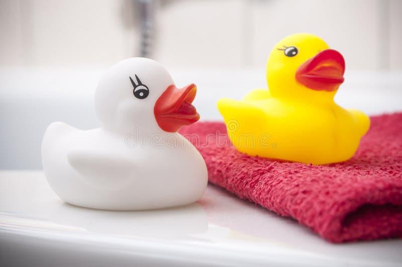 Juguete de goma amarillo y blanco del pato en baño fotografía de archivo