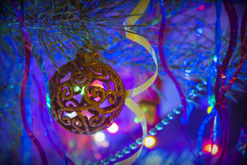 Juguete de la Navidad en el árbol de navidad en la noche fotos de archivo libres de regalías