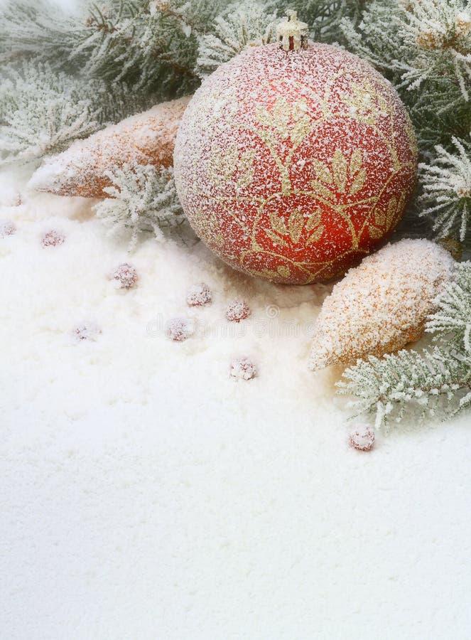 Juguete de la Navidad en la nieve debajo del árbol. imagenes de archivo