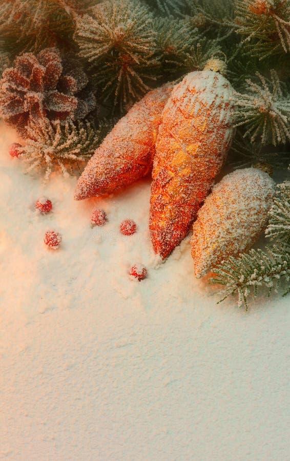 Juguete de la Navidad en la nieve debajo del árbol. imagen de archivo