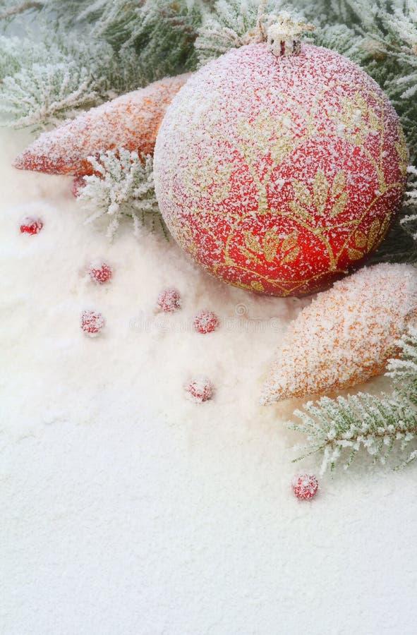 Juguete de la Navidad en la nieve debajo del árbol. fotografía de archivo libre de regalías