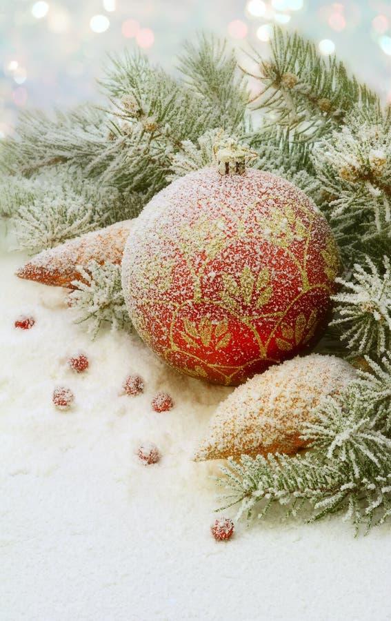 Juguete de la Navidad en la nieve debajo del árbol. foto de archivo