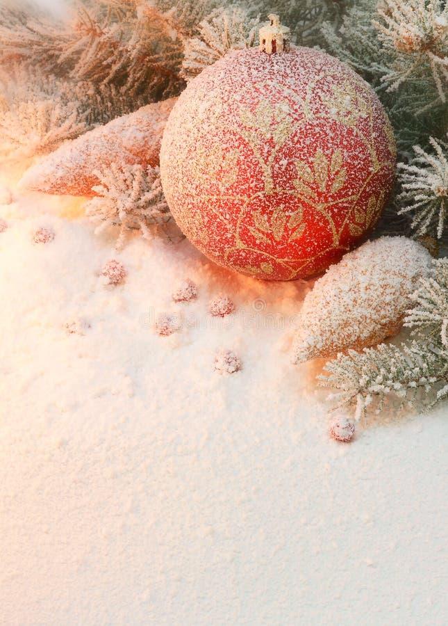 Juguete de la Navidad en la nieve debajo del árbol. fotografía de archivo