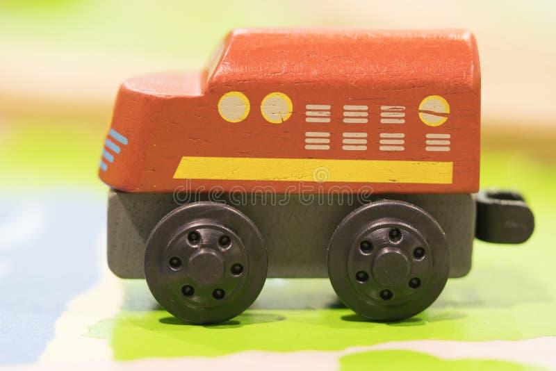 Juguete de madera del tren rojo - los juguetes para los niños juegan los juguetes educativos determinados f fotos de archivo
