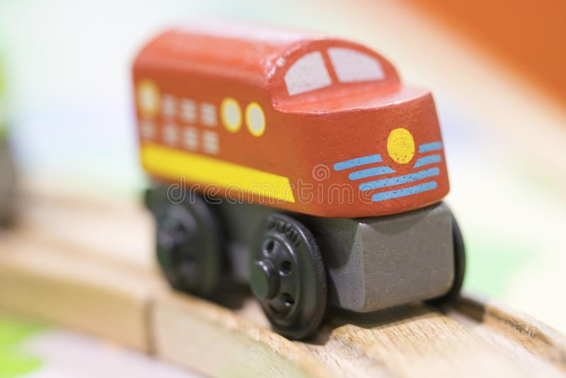 Juguete de madera del tren rojo - los juguetes para los niños juegan los juguetes educativos determinados f foto de archivo