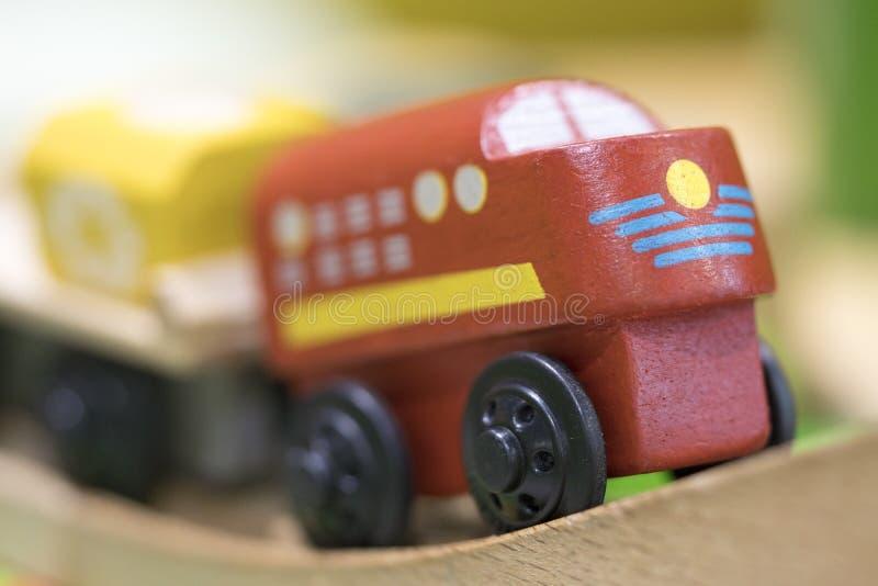 Juguete de madera del tren rojo - los juguetes para los niños juegan los juguetes educativos determinados f fotografía de archivo libre de regalías