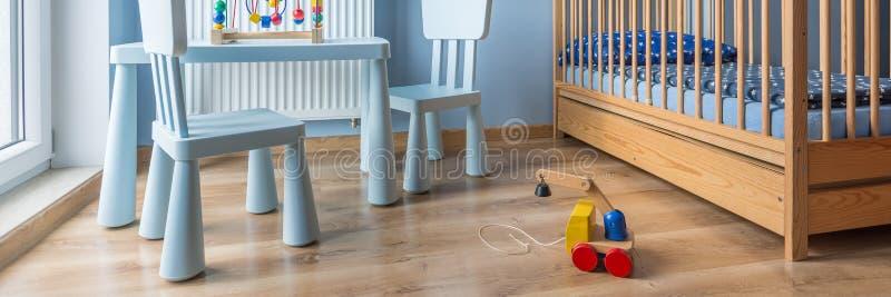 Juguete de madera en sitio del bebé foto de archivo