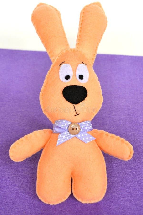 Juguete del conejo del fieltro Juguete suave del ` s de los niños imagenes de archivo