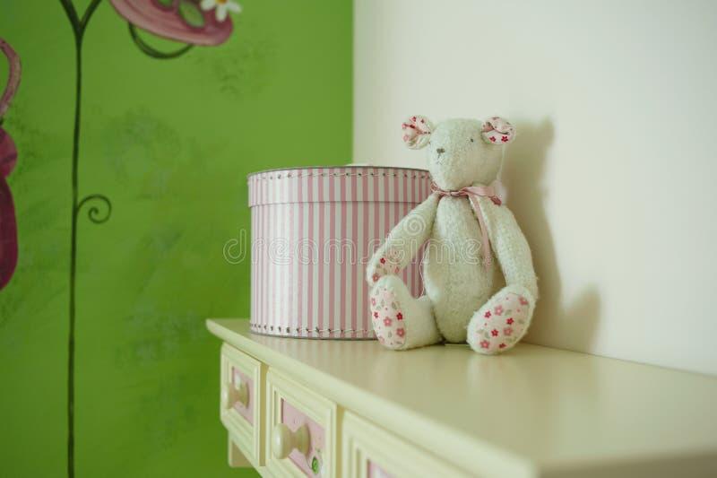 Juguete del oso en el sitio de niño imagen de archivo libre de regalías