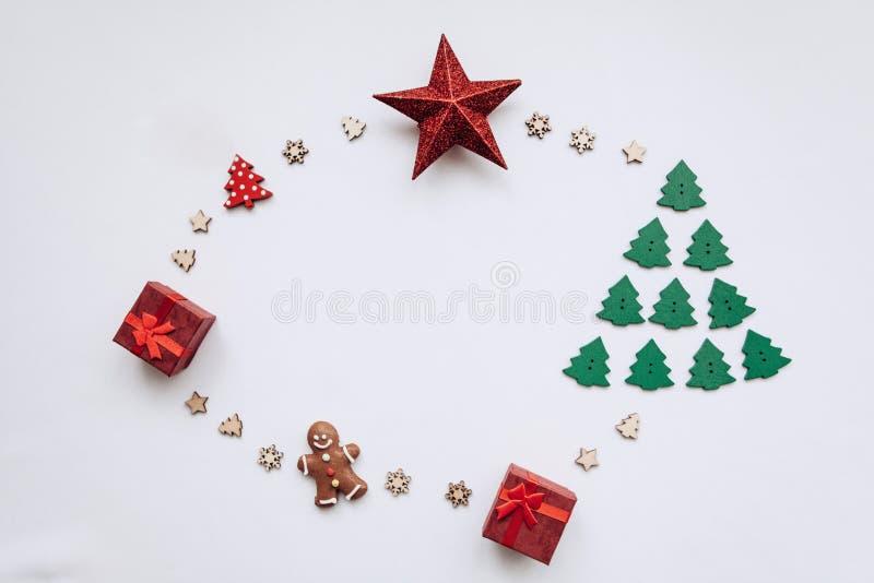 Juguete en la forma de un árbol de navidad, de la galleta del pan de jengibre, de la caja de regalo y de una estrella en un fondo foto de archivo