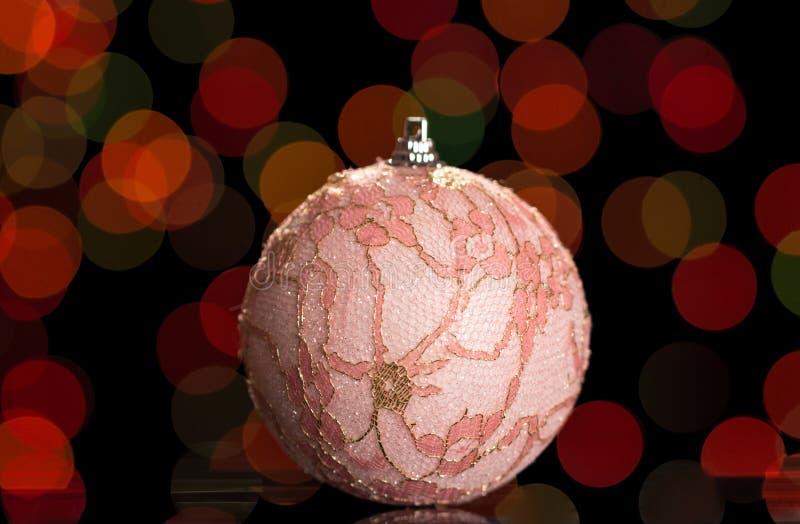 Juguete hermoso de la bola del rosa de la Navidad, embellecido con el cordón, en fondo oscuro fotos de archivo libres de regalías