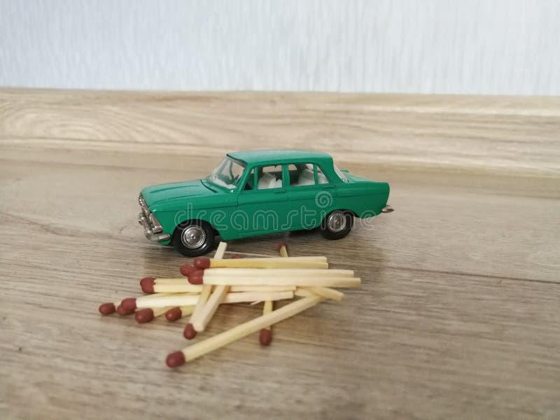 Juguete modelo del coche en comparación con partidos fotos de archivo