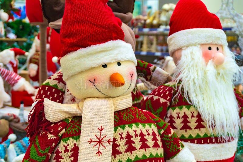 Juguete, muñeco de nieve y Santa Claus suaves de la Navidad Santa Claus con un amigo en el parabrisas de la tienda imágenes de archivo libres de regalías