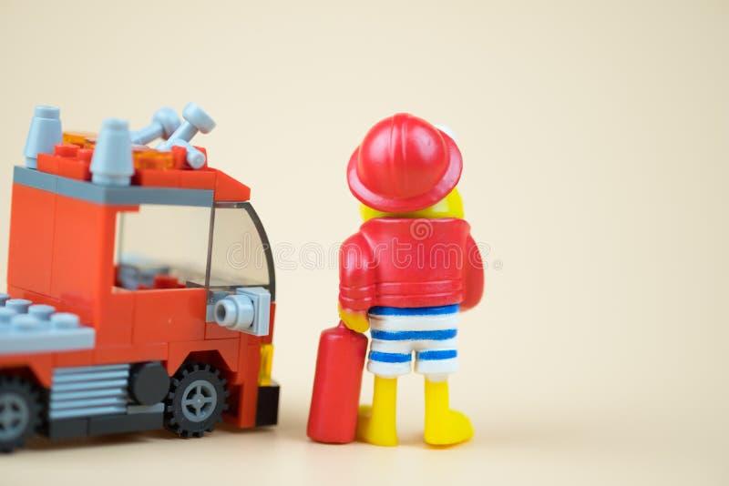 Juguete plástico del bombero y del coche de bomberos foto de archivo libre de regalías