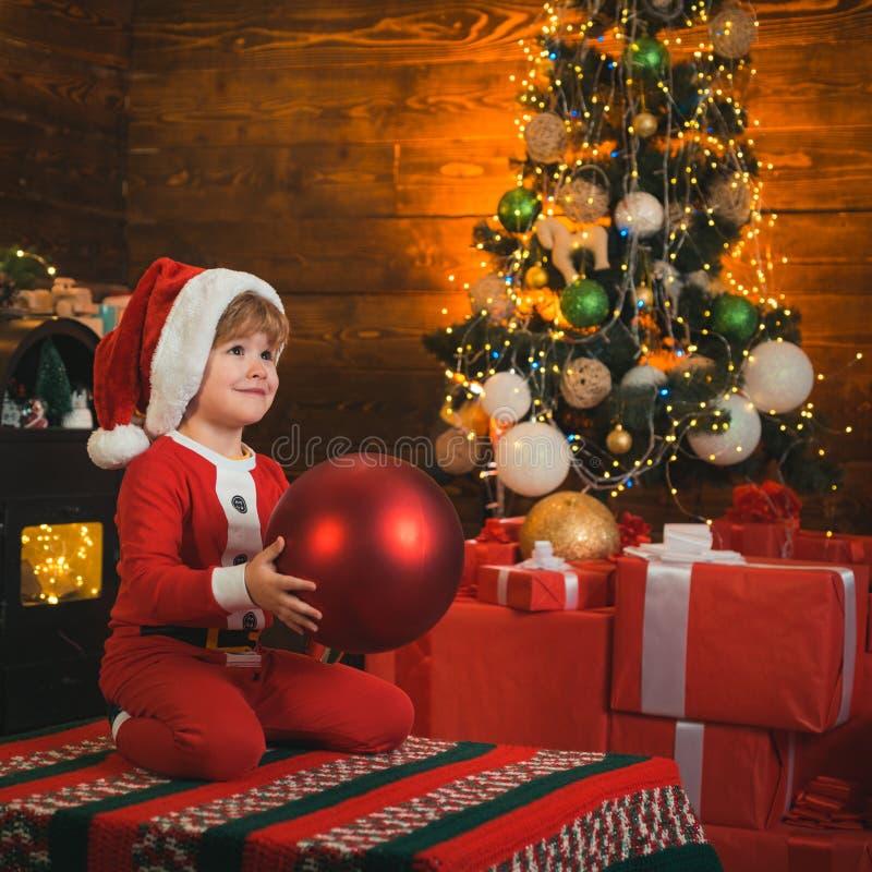 Juguete preferido El bebé disfruta de la Navidad D?a de fiesta de la familia Memorias de la ni?ez Niño del muchacho de Papá Noel  imagen de archivo libre de regalías