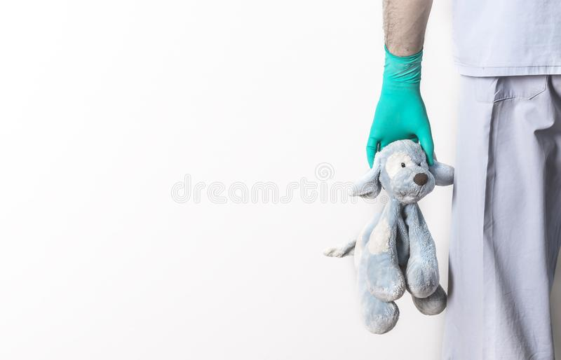 Juguete relleno del perro en mano pediátrica del doctor foto de archivo libre de regalías