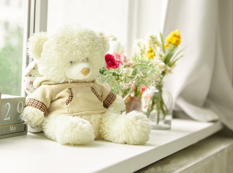 Juguete relleno lindo del oso en la tabla fotos de archivo libres de regalías