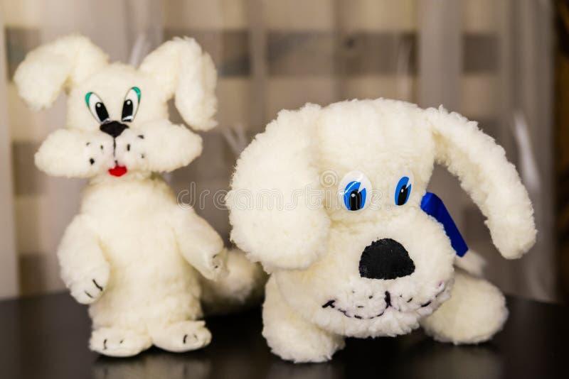 Juguete suave de dos perritos blancos lindos fotografía de archivo libre de regalías
