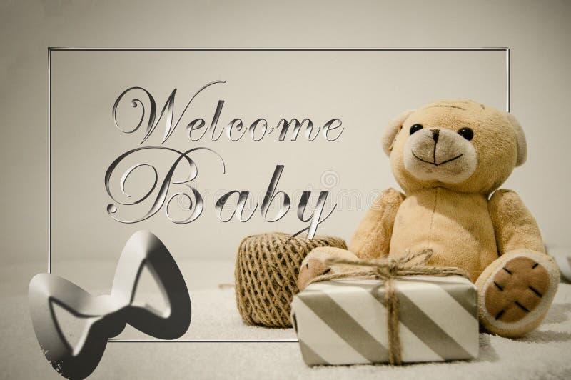 Juguete suave del oso de peluche con una fiesta de bienvenida al bebé de la caja y del texto de regalo fotos de archivo libres de regalías