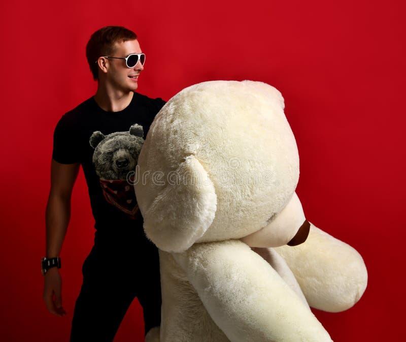 Juguete suave grande del oso de peluche del control del hombre como presente a su novia para la fiesta de cumpleaños fotos de archivo libres de regalías
