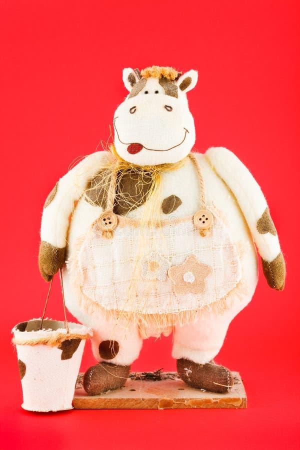juguete suave La vaca con el cubo vacío foto de archivo libre de regalías