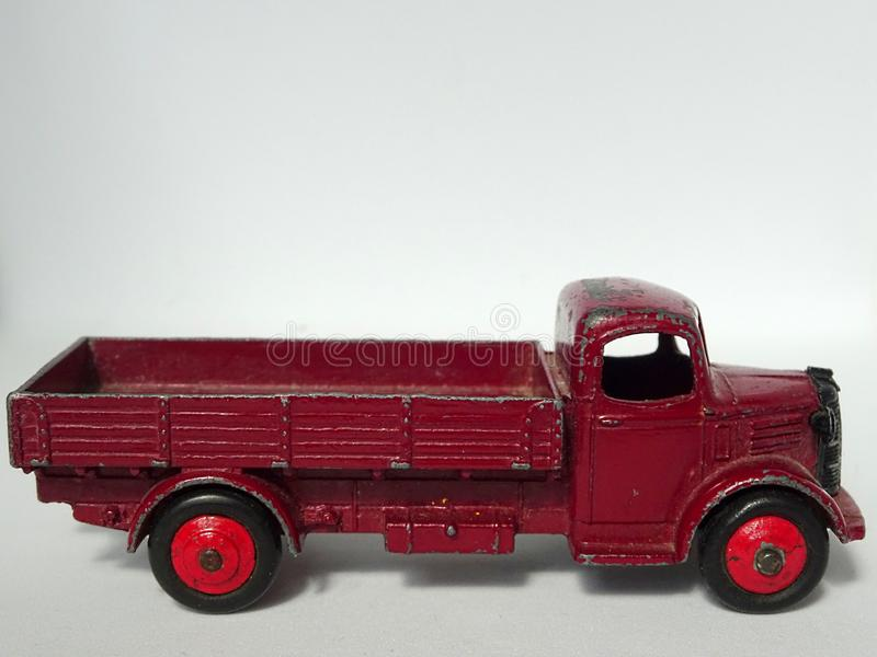 Juguete viejo del coche de metal de la camioneta pickup de Austin del color de Borgo?a del vintage fotos de archivo libres de regalías