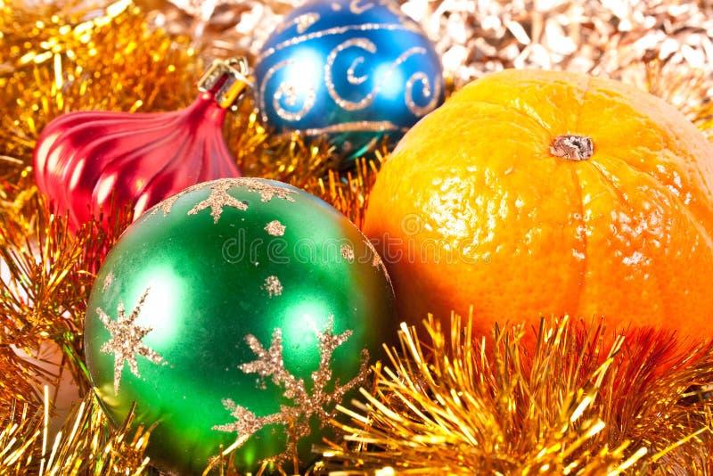 Juguete y mandarina de la Navidad fotos de archivo