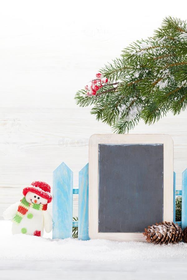 Juguete y pizarra del muñeco de nieve de la Navidad imagen de archivo libre de regalías