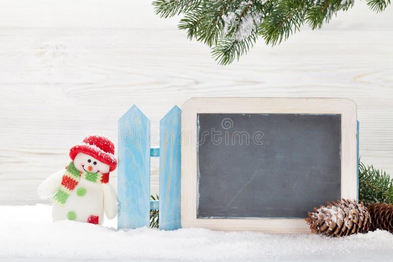 Juguete y pizarra del muñeco de nieve de la Navidad foto de archivo libre de regalías