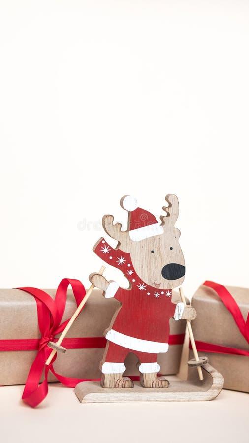 Juguete y regalos de madera de los ciervos Copie el espacio Antecedentes del día de fiesta de la Navidad foto de archivo
