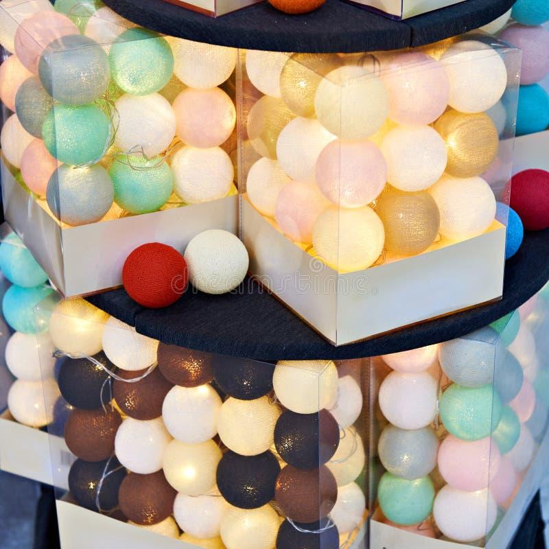 Juguetes coloreados de las bolas para el árbol de navidad en tienda imagen de archivo libre de regalías
