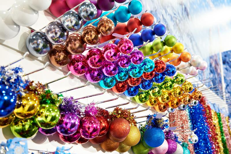 Juguetes coloreados de las bolas para el árbol de navidad en tienda foto de archivo libre de regalías