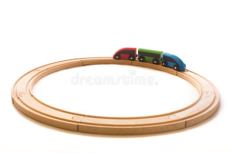 Juguetes coloridos de madera para los niños con el tren y el camino ferroviario, aislados imágenes de archivo libres de regalías