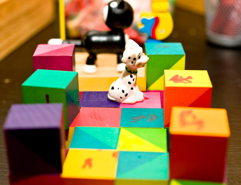 Juguetes coloridos del niño en cuarto de niños foto de archivo