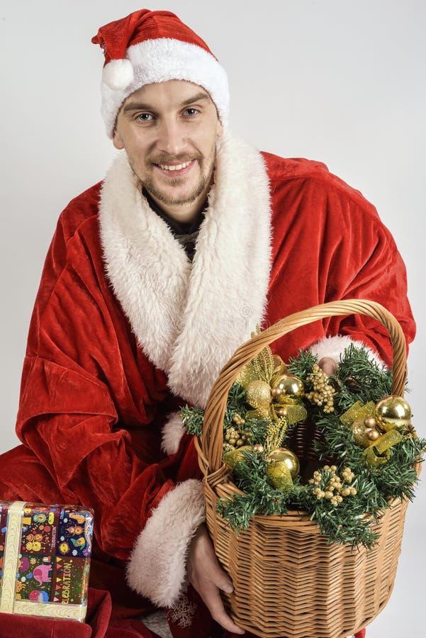 Juguetes de la cesta de Santa Claus fotos de archivo