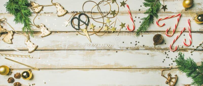 Juguetes de la decoración del día de fiesta, velas, cuerda, guirnaldas, ramas de árbol, bastón de caramelo foto de archivo