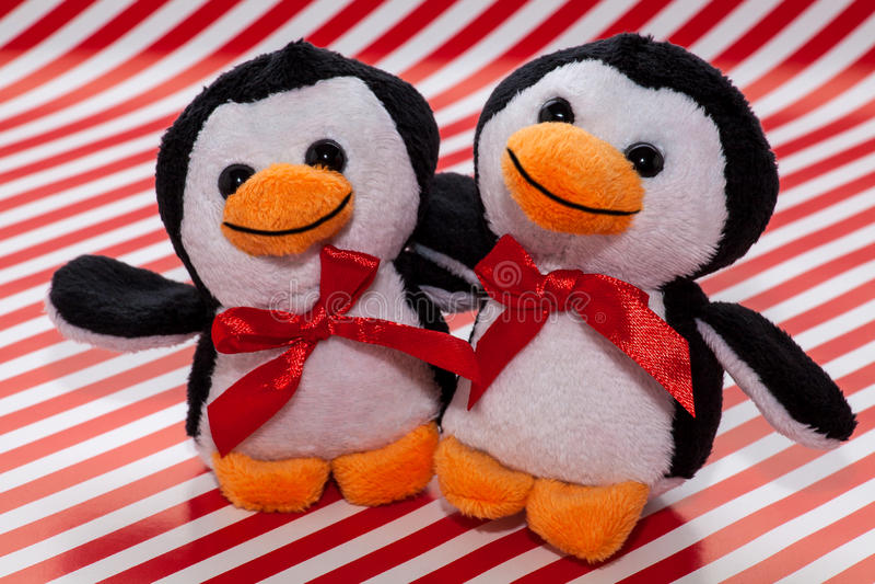 Juguetes de la felpa del pingüino imagen de archivo