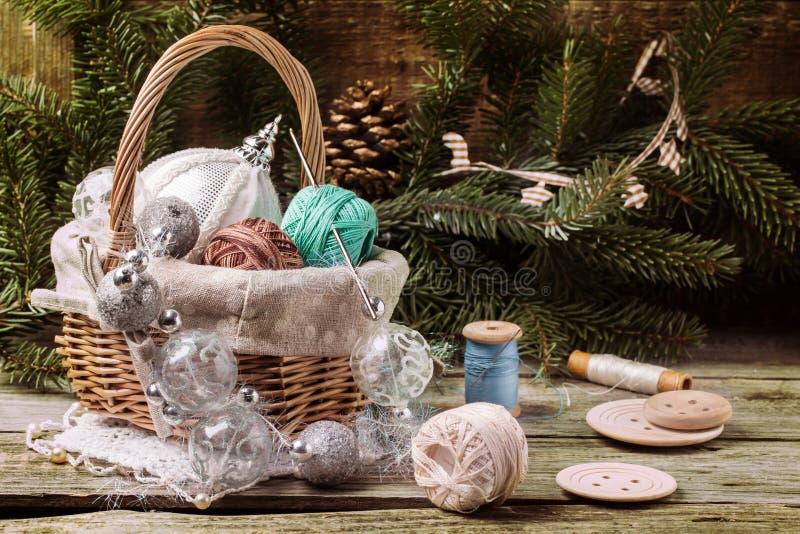 Juguetes de la Navidad con la bola de hilos fotos de archivo libres de regalías
