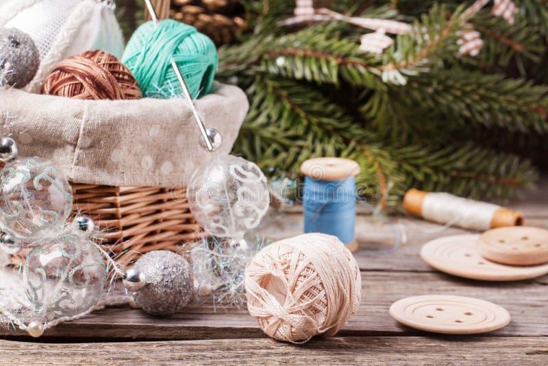 Juguetes de la Navidad con la bola de hilos imagen de archivo libre de regalías