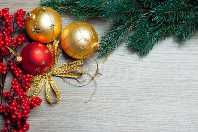 Juguetes de la Navidad con la picea imagen de archivo