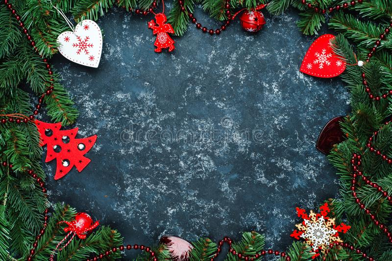 Juguetes de la Navidad del marco de la Navidad y ramas del árbol de navidad, un lugar para el texto, visión superior foto de archivo libre de regalías