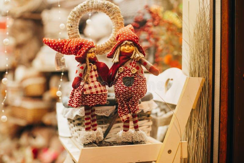 Juguetes de la Navidad, duendes y regalos rústicos de los gnomos en ventana en europ imagenes de archivo