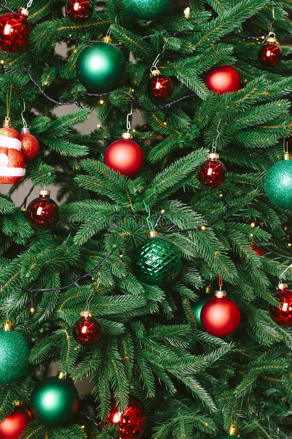 Juguetes de la Navidad en el árbol de navidad foto de archivo libre de regalías