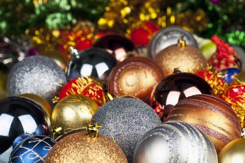 Juguetes de la Navidad en el árbol de navidad imagenes de archivo