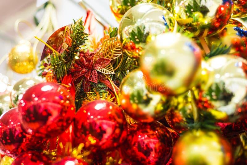 Juguetes de la Navidad en un árbol foto de archivo