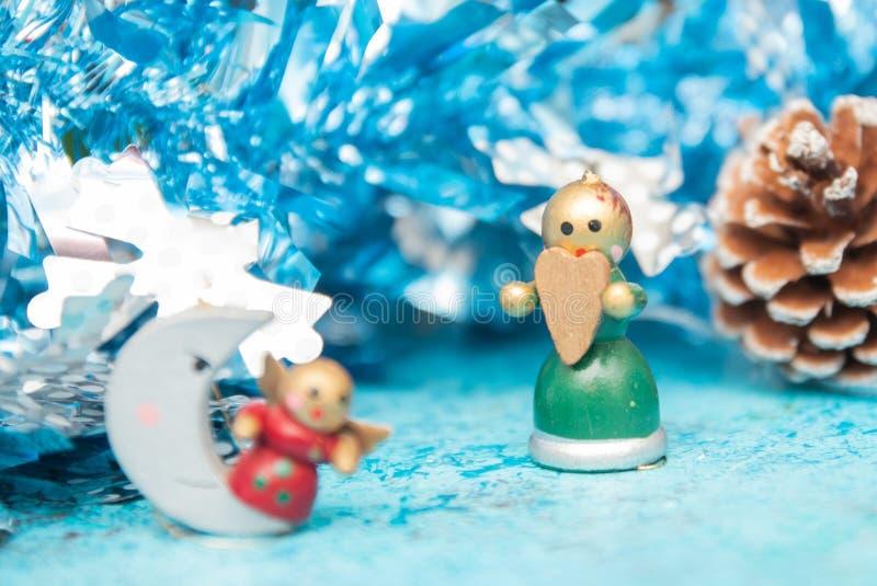 Juguetes de la Navidad de los días de fiesta de la Navidad de la composición en un fondo azul con las decoraciones de la Navidad  foto de archivo