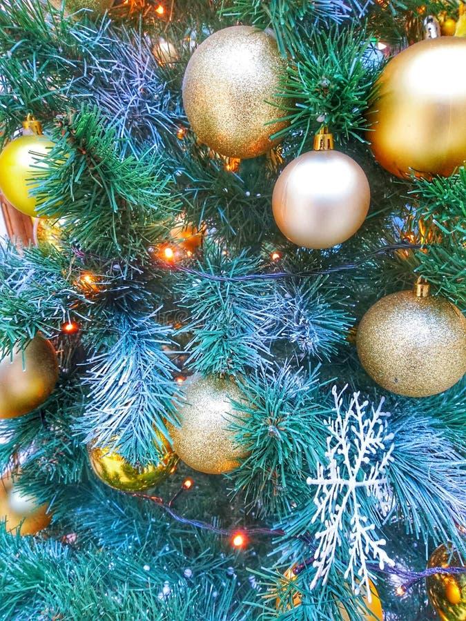 Juguetes de la Navidad y decoraciones brillantes, brillantes, coloreados en la casa foto de archivo libre de regalías